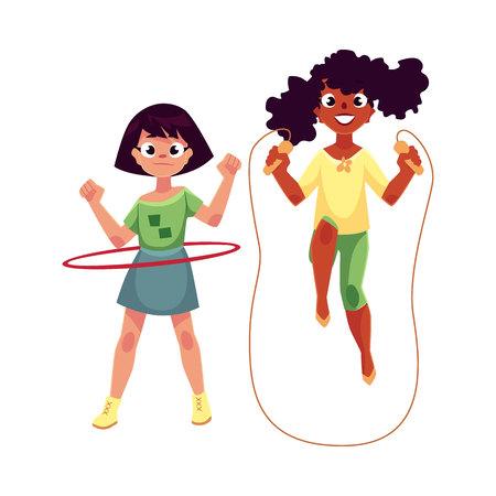 Dos niñas, caucásico y negro afroamericano, jugando con la cuerda de saltar y hula hoop en el patio de recreo, ilustración vectorial de dibujos animados aislado sobre fondo blanco. Chicas amigos se divierten en el patio de recreo