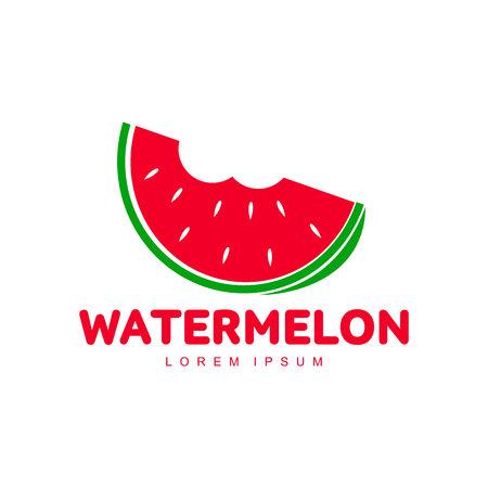 Rood en groen embleemmalplaatje met gestileerde watermeloenplak met twee beten, vectordieillustratie op witte achtergrond wordt geïsoleerd. Watermeloenlogotype, embleemontwerp met gebeten watermeloenstuk Stock Illustratie