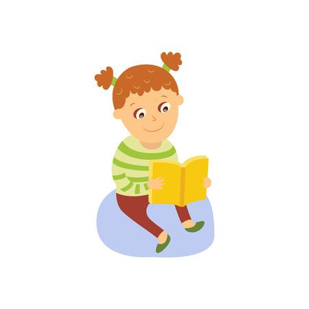 Kleines Mädchen, das ein Buch, sitzend auf dem Boden, flache, komische Artkarikatur-Vektorillustration lokalisiert auf weißem Hintergrund liest. Kleines Mädchen der Karikatur, das auf dem Boden mit dem starken Buch, lesend sitzt Standard-Bild - 87535502