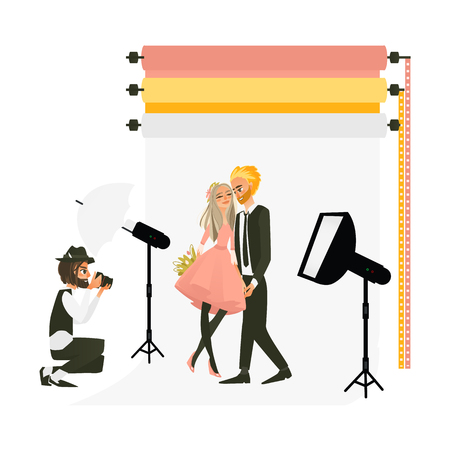 フル装備のフォトスタジオで結婚式のカップルを撮影する写真家、白い背景にフラット漫画ベクトルイラスト。スタジオで働くプロの写真家、カッ  イラスト・ベクター素材