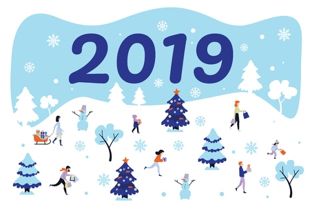 Affiche du nouvel an 2019, symboles de vacances de Noël et personnages. Hommes et femmes, enfants courant avec des boîtes à cadeaux, arbres d'hiver avec bonnets de neige, bonhomme de neige et vecteur de flocons de neige