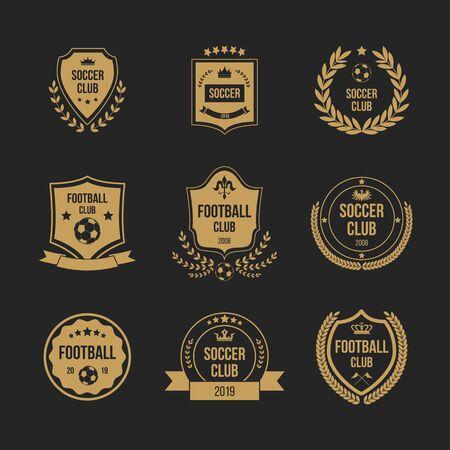 Set di badge per club di calcio - a forma di scudo reale con simbolo della corona e pallone da calcio decorato con nastri, ghirlanda e stelle. Illustrazione vettoriale piatto isolato. Vettoriali