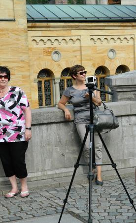 AFICIONADOS: Fotógrafo aficionado usa trípode profesional para pequeño punto blanco y disparar la cámara.