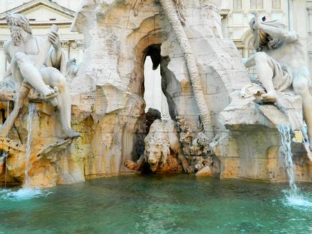 ojos vendados: Fuente de los Cuatro R�os con un obelisco egipcio. Italia. Roma. Plaza Navon y le�n, dioses y estatuas hombre con los ojos vendados.