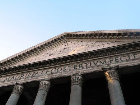 retained: El Panteón es un edificio en Roma, Italia, en el emplazamiento de un edificio anterior encargado por Marco Agripa durante el reinado de Augusto. El actual edificio fue completado por el emperador Adriano y probablemente dedicado aproximadamente 126 AD. Él conservó Agripa '