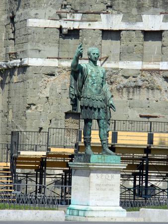 Estatua SPQR IMP.CAESARI Nervae Augusto en la calle Via dei Fori Imperiali, Roma, Italia Foto de archivo