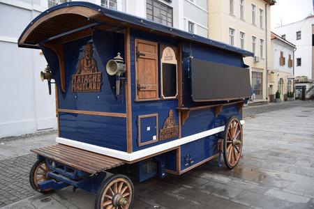 charcuter�a: Un viejo vag�n con Matache Macelaru charcuter�a.