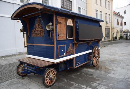 charcutería: Carro viejo con Matache Macelaru charcutería. Foto de archivo