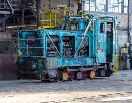 alte blaue Dieselokomotive in einer Werkshalle
