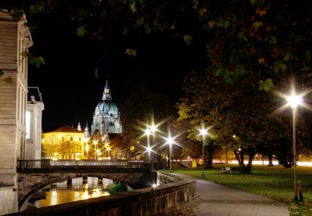 Hannover bei Nacht mit Blick auf das Schloss