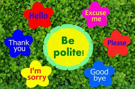 色とりどりの花と緑の低木の背景に丁寧なメッセージが表示されます。 写真素材