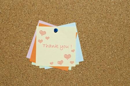 agradecimiento: Gracias mensaje en nota de aviso con corazones