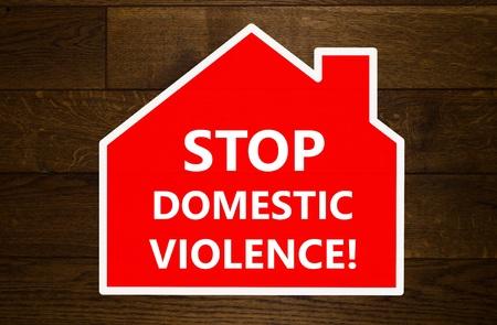 violencia intrafamiliar: Detener mensaje de la violencia doméstica sobre fondo de madera Foto de archivo