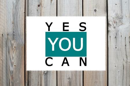 tu puedes: Sí se puede mensaje de motivación sobre fondo de madera
