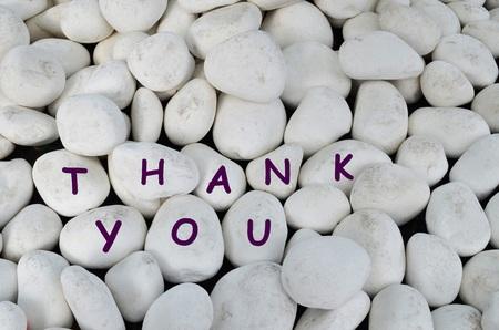 agradecimiento: Gracias mensaje escrito en las piedras de m�rmol blanco Foto de archivo