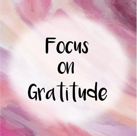 紫の塗られた背景の上の感謝メッセージに焦点を当てる