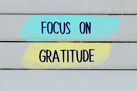 gratefulness: Enfoque en el mensaje agradecimiento escrito en el fondo de madera blanca Foto de archivo