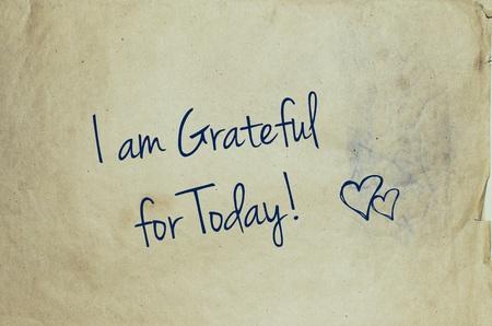 agradecimiento: Estoy agradecido por hoy escrito en el pedazo de papel viejo