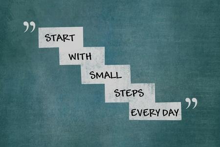 小さなステップで白階段上のすべての日のやる気を起こさせるメッセージを開始します。 写真素材