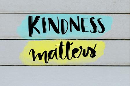 優しさ事項灰色の木製の背景に心に強く訴えるメッセージ