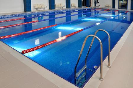 piscina olimpica: Cuenca, el agua azul transparente. Foto de archivo