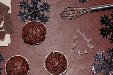 Cupcakes and ingredients on a dark background. Bake a cupcake for christmas Banque d'images