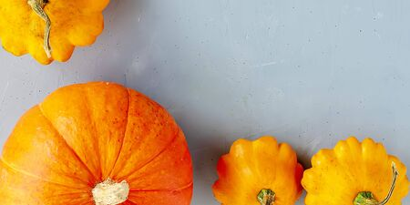 Bright autumn background. Top view on orange pumpkin and yellow squash, flat lay, thanksgiving concept. Banner Banque d'images - 135237328