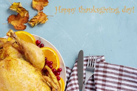 A dish of fried chicken lies on the table. View from above. Copy space for text. Can be used as a layout for design. Culinary background. Thanksgiving Day Banque d'images - 135237336