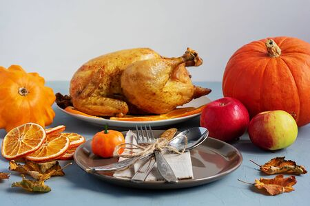 Dish with fried chicken, pumpkin, squash, apples on the kitchen table. Thanksgiving Day Banque d'images - 135237250