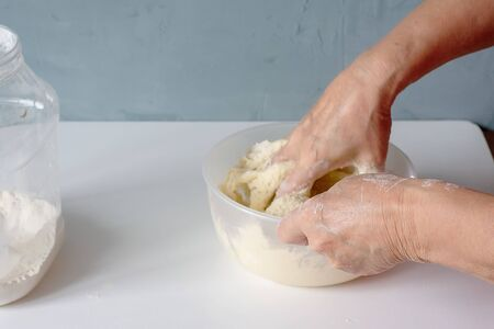 Close-up hands knead the dough at home. Cooking, home concept, nutrition concept. Banque d'images - 135237280