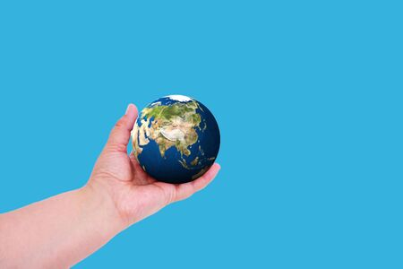 Planet earth in hand on a colored background with place for text. Earth day concept. Ecological problem. Banque d'images - 135117276