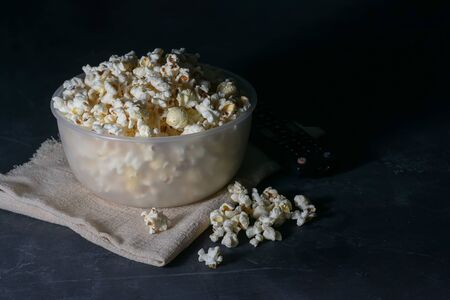 Bowl with salted popcorn on a black table, selective focus Banque d'images - 135929083