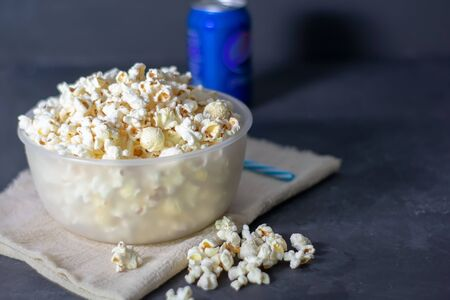 Bowl with salted popcorn on a black table, selective focus. Banque d'images - 136620698