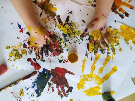 Childrens hands are stained with paint for painting. The concept of creativity, childhood, leisure, drawing. Banque d'images
