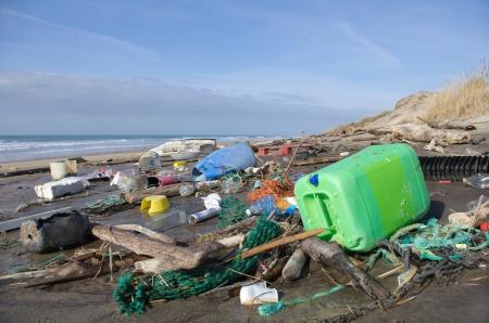 desechos toxicos: Playa de la contaminación en la costa atlántica Foto de archivo