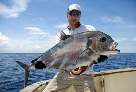 ロウニンアジ ジャックを手にする幸せな漁師