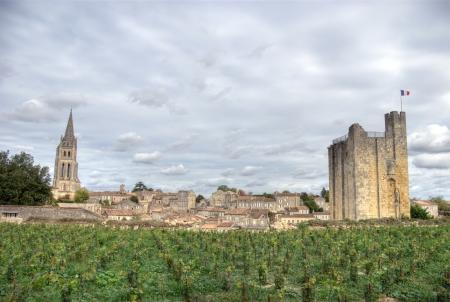 Saint-Emilion est l'un des principaux domaines de vin rouge de Bordeaux, les vins de Saint-Emilion sont respectés partout sur la planète. Banque d'images - 14964732