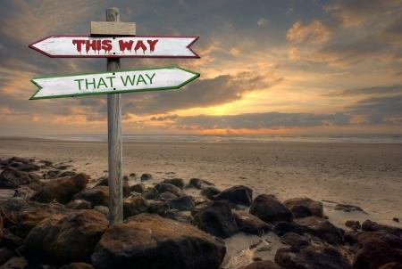 ビーチで二重方向標識この方法方法 写真素材