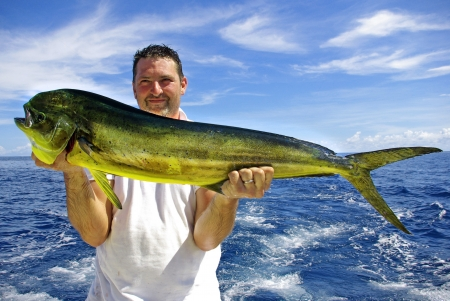 pescador: Pescador feliz que sostiene un pez delf�n hermoso