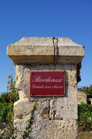 Signe de rue grands crus, avec du vin en arrière-plan Bordeaux, Gironde, France Banque d'images - 20738071