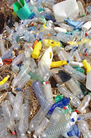 reciclar: la contaminaci�n por pl�stico. basuras, pl�sticos y desechos en la playa despu�s de las tormentas de invierno