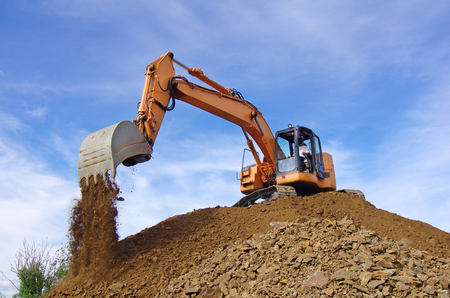 Escavatore in azione durante i lavori di movimento terra