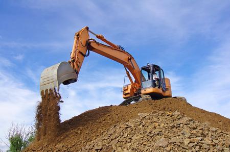 Excavadora en acción durante trabajos de movimiento de tierras