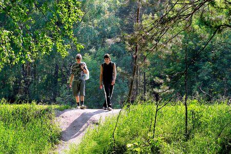 adolescentes riendo: adolescentes amigos joven caminando en el parque