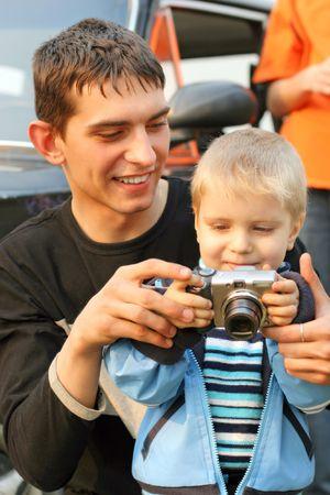niño pequeño y adolescente con una cámara