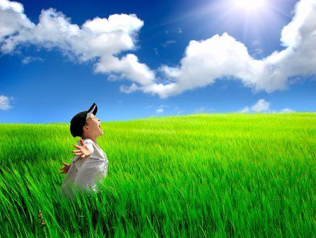 L'enfant heureux sur une terrain de l'été Banque d'images