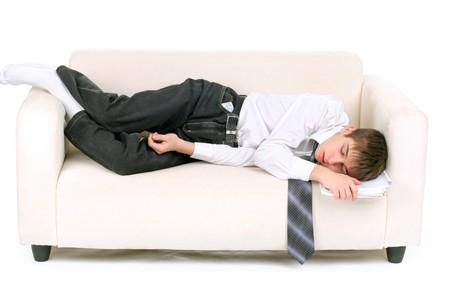 cansancio: adolescente cansado, durmiendo en el sof�