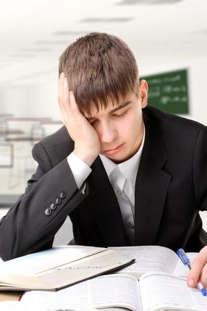 cansancio: estudiante cansado en el aula Foto de archivo