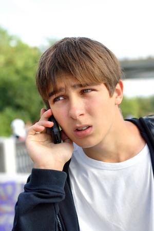 tahriş: The irritation teenager receives bad news by phone