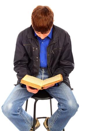 leyendo la biblia: adolescente lee libros antiguos aislados en el blanco